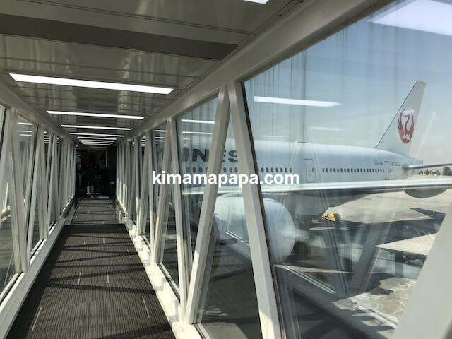 ソウル金浦空港、JAL便ボーイング777-200までのPBB