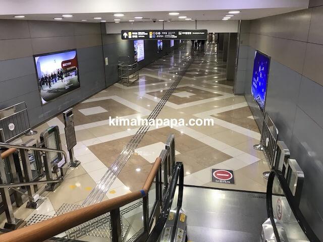 金浦空港、A'REXへ向かうエスカレーター