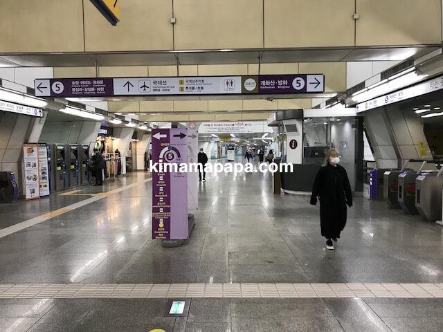 ソウル金浦空港、5号線の改札口