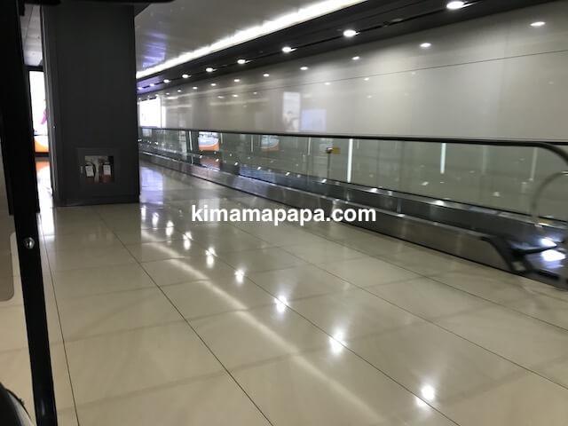 ソウル金浦空港、地下通路から空港ターミナルへの動く歩道