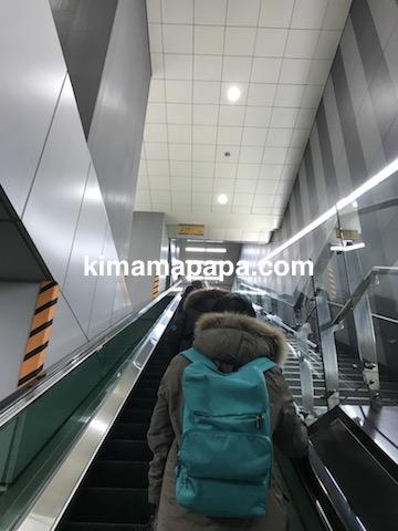 ソウル孔徳駅、空港鉄道上りホームから地上出口へのエスカレーター