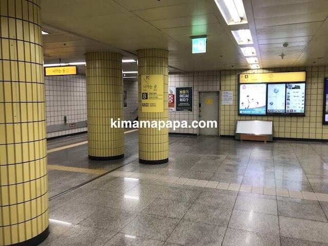 ソウル孔徳駅、8番出口への通路
