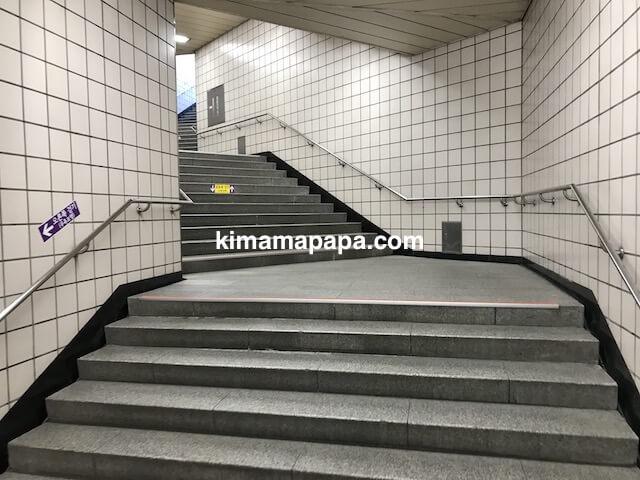 ソウル孔徳駅、8番出口の階段