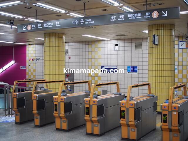 ソウル孔徳駅、地下1階6号線の改札