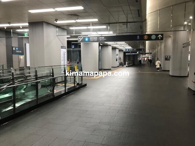 ソウル孔徳、孔徳駅の地下2階から地下3階に向かう下りエスカレーター