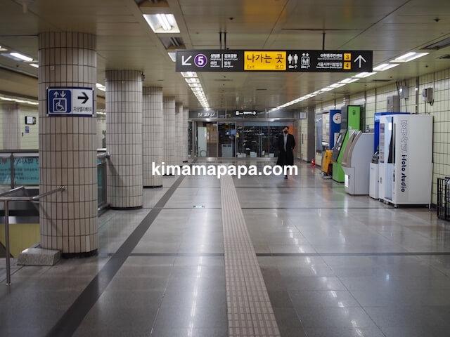 ソウル孔徳駅、地下1階3〜4番出口への案内板