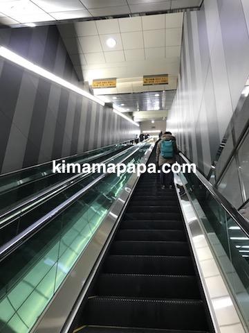 ソウル孔徳駅、9〜10番出口へのエスカレーター