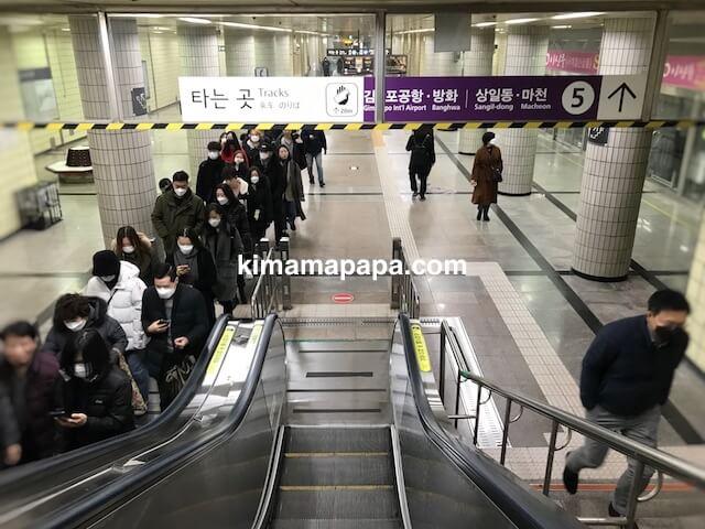 ソウル孔徳駅、地下2階の5号線改札へのエスカレーター