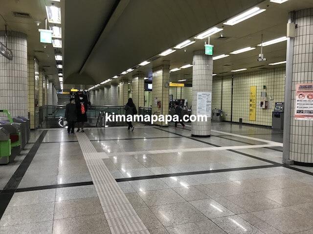 ソウル孔徳駅、地下2階の5号線ホームへの下り階段
