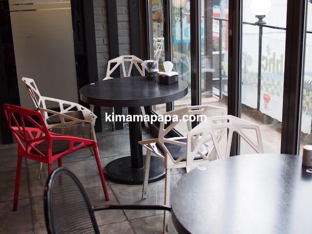 ソウルの弘大、bhcの窓際テーブル席