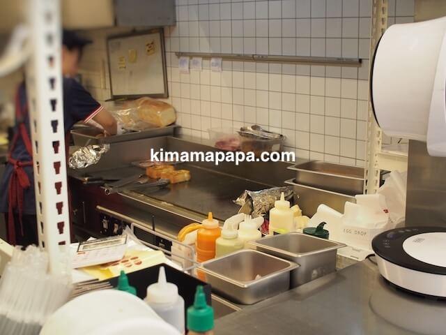ソウルのホンデ、エッグ・ドロップの調理場