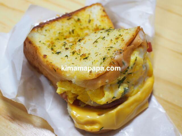 ソウルのホンデ、エッグ・ドロップのガーリック・ベーコン・チーズ