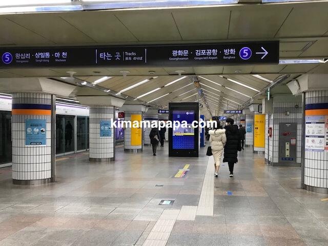 ソウルのチョンノサムガ駅、5号線ホーム