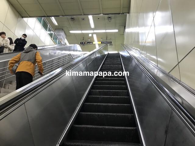 ソウルのチョンノサムガ駅、4番5番出口へのエスカレーター