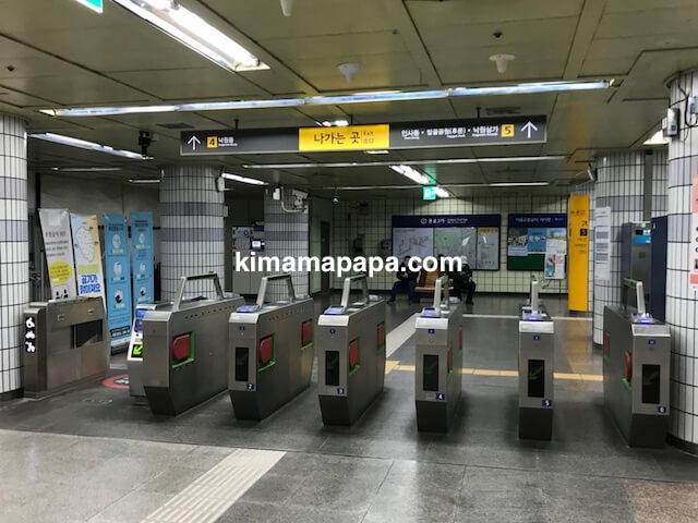 ソウルのチョンノサムガ駅、4番5番出口への改札口