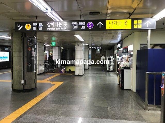 ソウルのチョンノサムガ駅、3号線コンコースの5号線方面