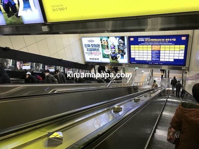 ソウルのチョンノサムガ駅、5号線への下りエスカレーター