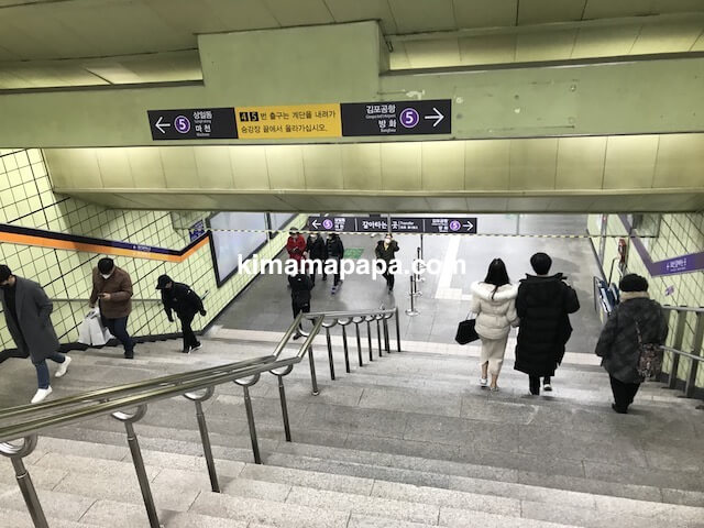 ソウルのチョンノサムガ駅、5号線への下り階段