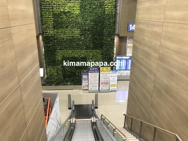 ソウル、仁川(インチョン)空港の手荷物受取所のエスカレーター