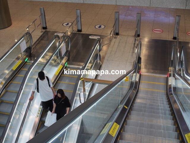 ソウル、仁川(インチョン)空港のシャトルトレイン乗り場へのエスカレーター