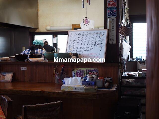 氷見、川村食堂のカウンターと厨房