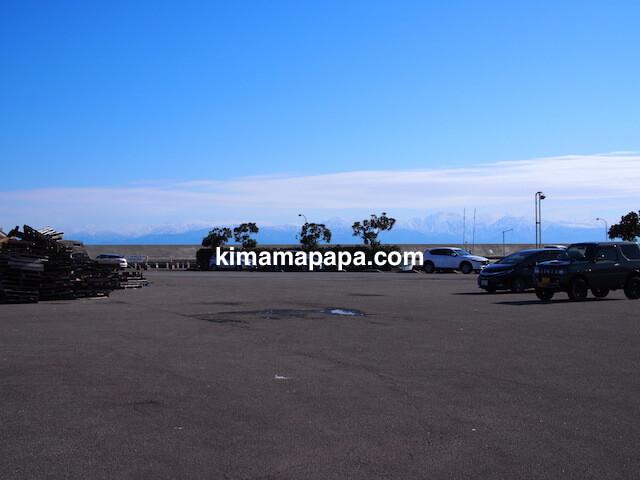 氷見、魚市場食堂の駐車場から見た立山連峰