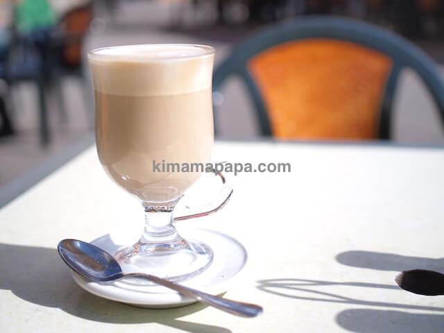 ヴァレッタ、カフェ・コルドナのカフェラテ